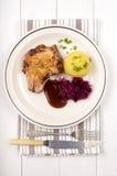 Costeleta de carne de porco com a bolinha de massa da couve vermelha, do molho e da batata fotografia de stock