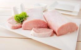 Costeleta de carne de porco crua com utensílios de mesa Fotografia de Stock Royalty Free