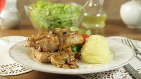 Costeleta de carne de porco fritada com cogumelos e batatas filme