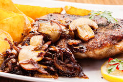 Costeleta de carne de porco fritada com cogumelos e microplaquetas fotos de stock