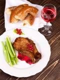 Costeleta de carne de porco fritada com molho do corinto vermelho Fotos de Stock Royalty Free