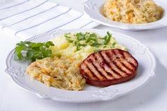 Costeleta de carne de porco fumado batatas e couve Fotografia de Stock Royalty Free