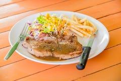 Costeleta de carne de porco grelhada suculenta (pescoço cortado) com salada Imagem de Stock