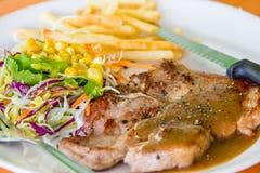 Costeleta de carne de porco grelhada suculenta (pescoço cortado) com salada Fotografia de Stock Royalty Free