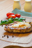 Costeleta de carne de porco grelhada suculenta (pescoço cortado) na placa de corte Imagens de Stock