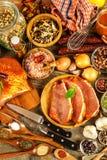 Costeleta de carne de porco na tabela de madeira velha Carne crua e especiarias Carne de carne de porco posta de conserva na grad foto de stock