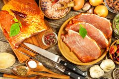 Costeleta de carne de porco na tabela de madeira velha Carne crua e especiarias Carne de carne de porco posta de conserva na grad fotografia de stock royalty free