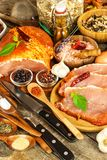 Costeleta de carne de porco na tabela de madeira velha Carne crua e especiarias Carne de carne de porco posta de conserva na grad fotos de stock royalty free