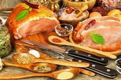 Costeleta de carne de porco na tabela de madeira velha Carne crua e especiarias Carne de carne de porco posta de conserva na grad foto de stock royalty free