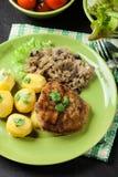 A costeleta de carneiro fritada da carne de porco serviu com batatas fervidas e fritou sauer Imagens de Stock