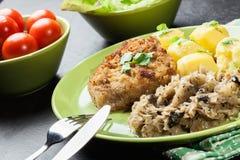 A costeleta de carneiro fritada da carne de porco serviu com batatas fervidas e fritou sauer Imagem de Stock Royalty Free