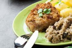 A costeleta de carneiro fritada da carne de porco serviu com batatas fervidas e fritou sauer Imagem de Stock