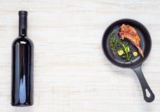 Costeleta de cordeiro grelhada com vinho tinto da garrafa e espaço da cópia Fotos de Stock
