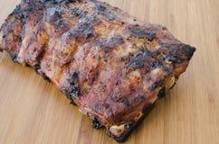 Costeleta de porco magra na grade com mergulho e o baguette brindado Fotografia de Stock