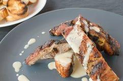 Costeleta de porco magra na grade com mergulho e o baguette brindado Fotos de Stock Royalty Free