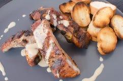 Costeleta de porco magra na grade com mergulho e o baguette brindado Imagens de Stock Royalty Free
