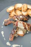 Costeleta de porco magra na grade com mergulho e o baguette brindado Fotografia de Stock Royalty Free