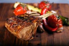Costeletas de carne de carneiro grelhadas na placa de estaca fotografia de stock royalty free