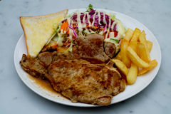Costeletas de carne de porco com fritadas francesas Fotos de Stock Royalty Free