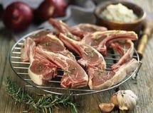 Costeletas de carne de porco cruas antes de grelhar Foto de Stock Royalty Free