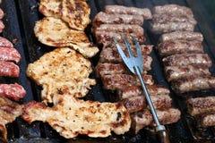 Costeletas de carne de porco e Cevapcici Fotos de Stock