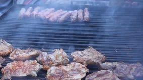 Costeletas de carne de porco na grade filme
