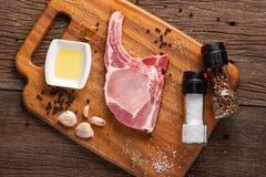 Costeletas de carne de porco cruas foto de stock