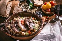 Costeletas do lombo do cordeiro Roasted com feijão de soja e cuscuz imagens de stock