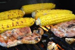 Costeletas grelhadas do milho e de carne de porco foto de stock royalty free