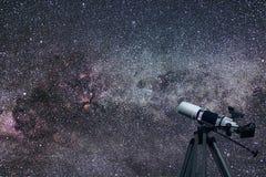 Costellazione del cigno del Cygnus del telescopio astronomico nella notte Fotografie Stock