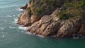 Costero típico de Costa Brava español, cerca del pequeño La Fosca del pueblo almacen de video
