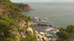 Costero típico de Costa Brava español, cerca del pequeño La Fosca del pueblo metrajes