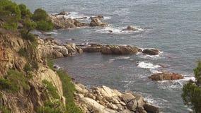 Costero típico de Costa Brava español, cerca del pequeño La Fosca del pueblo almacen de metraje de vídeo