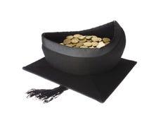 Costes de educación - casquillo de la graduación del tablero del mortero por completo de monedas imagen de archivo libre de regalías