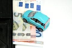 Costes y monedero del coche con el dinero Foto de archivo libre de regalías