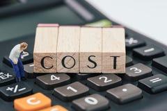 Costi di investimento o di affari e consapevolezza di spesa, figura miniatura, uomo che esamina con attenzione il blocchetto di l immagine stock