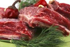 Costilla de carne de vaca fresca en plato Imágenes de archivo libres de regalías