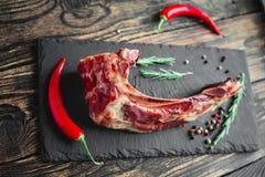 Costillas cocinadas con la carne en la profundidad del campo baja Imagenes de archivo