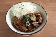 Costillas de cerdo asadas a la parrilla en el arroz con la col cortada Imagen de archivo libre de regalías