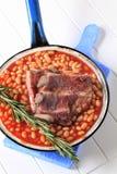 Costillas de cerdo y habas cocidas al horno Fotografía de archivo libre de regalías