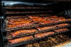 Costillas de Fried Pork cocinadas en parrilla industrial de la barbacoa Imagenes de archivo