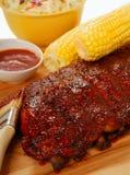 Costillas del Bbq con el slaw del col, el maíz y la salsa de inmersión Foto de archivo