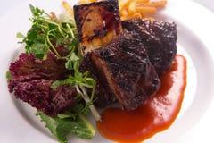 Costillas del filete, verduras ensalada y patatas fritas Imagen de archivo