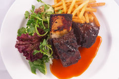 Costillas del filete, verduras ensalada y patatas fritas Imagen de archivo libre de regalías