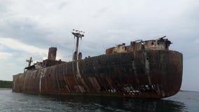 Costinesti,一艘老和生锈的船 库存图片