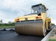Costipatore agli impianti della pavimentazione dell'asfalto fotografie stock