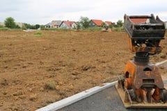 Costipatore e suolo pronto per la costruzione di nuovo hou Fotografia Stock Libera da Diritti