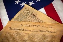 Costituzione & dichiarazione di indipendenza sulla bandierina Fotografia Stock