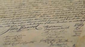 Costituzione con la pistola della mano - destra degli Stati Uniti tenere e sopportare i braccia