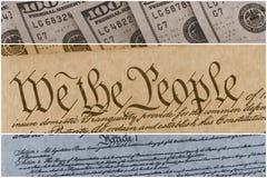 Costituzione degli Stati Uniti con cento banconote in dollari che si siedono sopra - concetto di crisi del soffitto di debito deg Immagini Stock Libere da Diritti